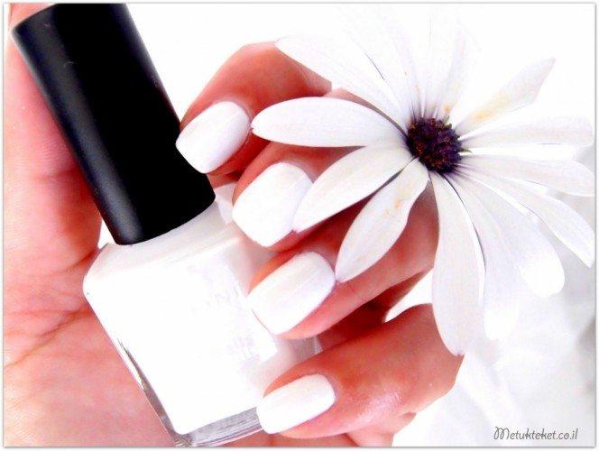 לק לבן ופרח