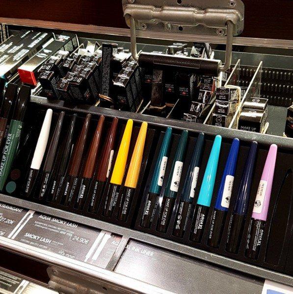 מבחר הגוונים בחנות של האייליינרים מסדרת Aqua xl ink liner של מייקאפ פוראבר